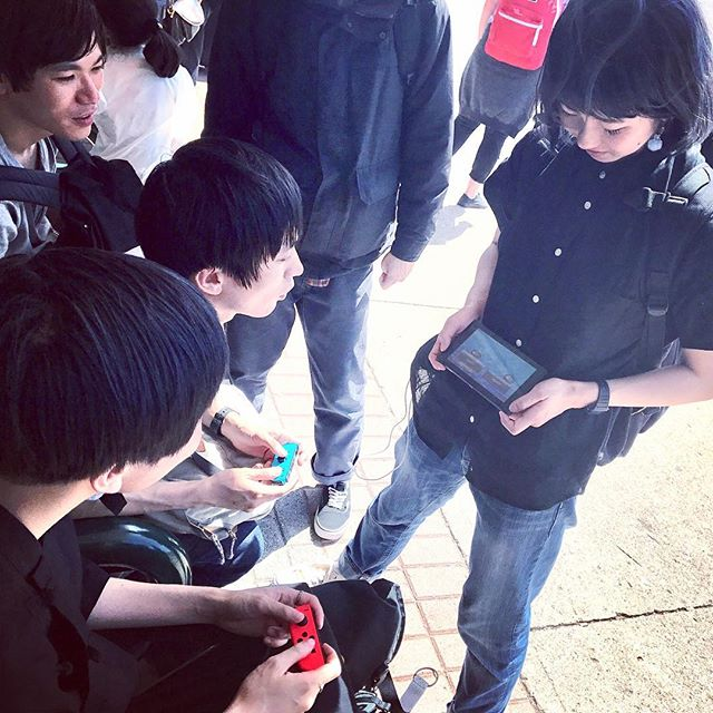 Edwin and 山ちゃん playing Mario Kart on Edwin's 'phone' (inside joke) aka Nintendo Switch  Bakyun the everyday Nobumi screen-holder not included  #bakyuntheeveryday #edwaan #NobumiTVStand #たけちゃん