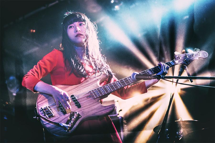 Emi Onodera (vocals, bass)