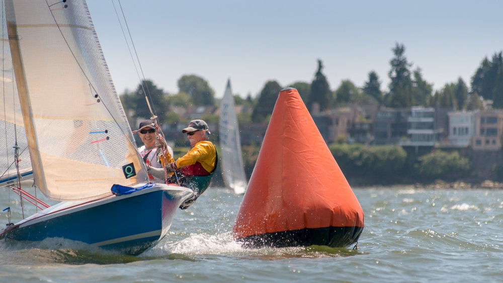 505 dinghy rounding the mark