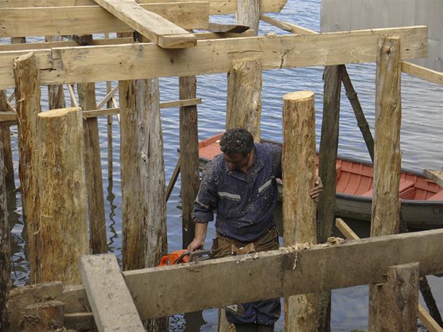 6. Proceso de construcción de los palafitos / Stilts building process - © Ortuzar-Gebauer Arquitectos