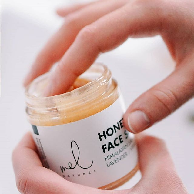 Scrub away dirt & oil with Himalyan salt found in our Honey Face Scrub. After exfoliating, lavender and vitamin E will nourish & hydrate your face to give you a natural glow.✨✨