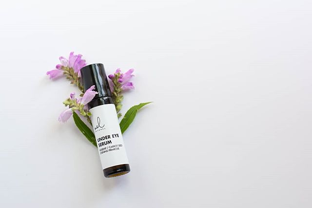 Say goodbye to under-eye circles, wrinkles & puffy eyes! . . Combat those frustrating under-eye circles and hydrate around your eyes with our Under Eye Serum made with all natural ingredients. 🌿