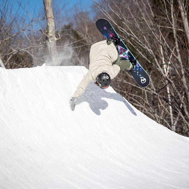 @tati_tafkyki getting inverted during last year's #handplant clinic @loonparksnh! 🙃 📷: @walshmt . . . #loonparksnh #teamfunloon #BTBounds #snowboardcamp #skicamp #chickswhoshred