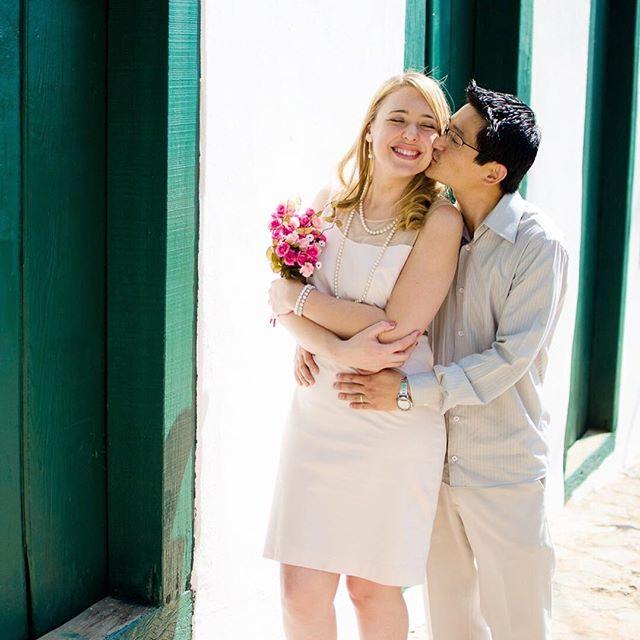 Logo após o casamento civil, saímos para fazer fotos nas ruas próximas ao cartório! ✨💍 Veja mais em: http://bit.ly/ahcasamentocivil  #anahiromifotografia #ensaio #ensaiofotografico #ensaiocasal  #noivos #casal #esession #engagementphotos #engagementsession #engaged #ensaionoivos #casamentonocampo #voucasar #enfimcasados #justmarried #santanadoparnaiba #saopaulo #casamentocivil