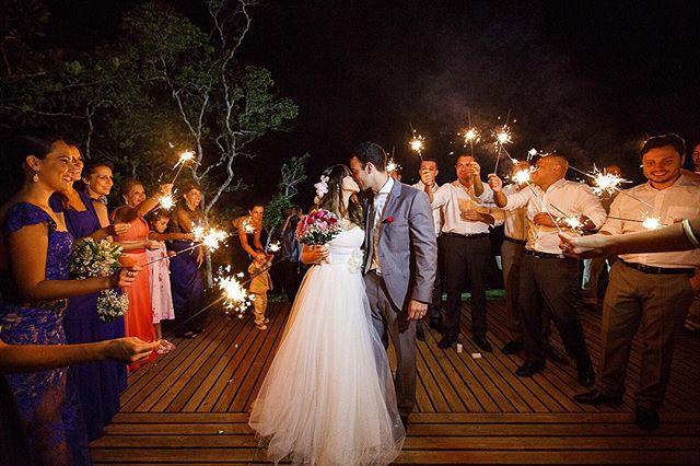 Sparklers para Luli e Ale! ✨  Veja mais fotos deste casamento em http://bit.ly/luliale