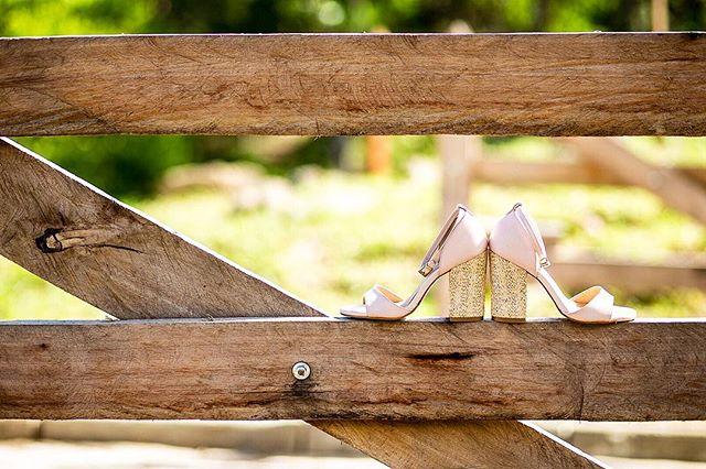 Escolher o sapato ideal pode ser tão difícil quanto escolher o vestido! Seja qual for o modelo ou tamanho do salto, o importante é não esquecer do conforto! É essencial pra que a noiva suba ao altar com confiança. 🖤 #dicasdaanahiromi ⠀⠀⠀⠀⠀⠀⠀⠀⠀ 📷 Para saber mais sobre o nosso trabalho, acesse o nosso site! Link no perfil ⬆️ ⠀⠀⠀⠀⠀⠀⠀⠀⠀ Entre em contato e reserve a sua data!  Fotografamos em todo o país! ⠀⠀⠀⠀⠀⠀⠀⠀⠀ ✉️ contato@anahiromi.com ✅ (11) 99512-8144
