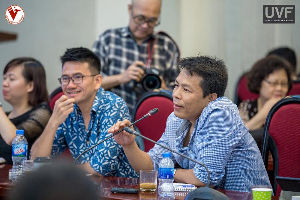 TS. Hoàng cầm đặt câu hỏi cho diễn giả tại phiên hỏi đáp của buổi toạ đàm.