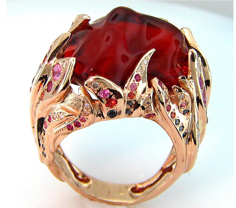 sortija de oro rosa con diamantes, rubíes, zafiros