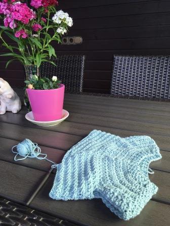 Häkelpullover aus Baumwolle, am Knit in Public Day auch mal auf der Terrasse