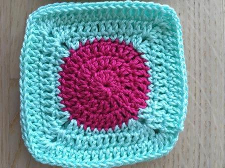 Grannysquare mit Kreis rosa.JPG