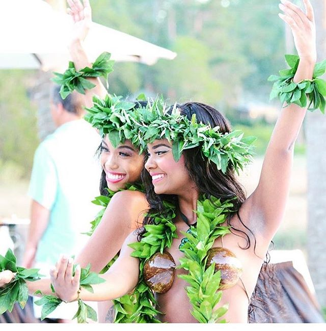 """ALOHA BABES! WE ARE JUST A WEEK AWAY FROM OUR """"Intentional Business: Instagram edition"""" LUAU! 🌸 🌸 Next Tuesday July 24th come join us from 630-9PM at @get_to_thepoint for a Hawaiian good time! There will be networking, speakers such as Kimmy & Ruby from @lemonlifesocial & Laura of @swellandsway, @hellofotosco photobooth, @onehopewine drinks, @little.yettie shave ice, henna, plenty of vendors to shop from, not to mention a LIVE hula performance! 🌴 🌴 EARLY BIRD ENDS TOMORROW NIGHT AT MIDNIGHT SO GO CLICK THE LINK IN BIO TO CLAIM YOUR TICKET BEFORE ITS TOO LATE! ✨ ✨ LASTLY, we will be going LIVE TOMORROW NIGHT AT 530PM! Make sure to tune in! Talk to you then! 🌴🙈💕 (photo:@stepflix)"""