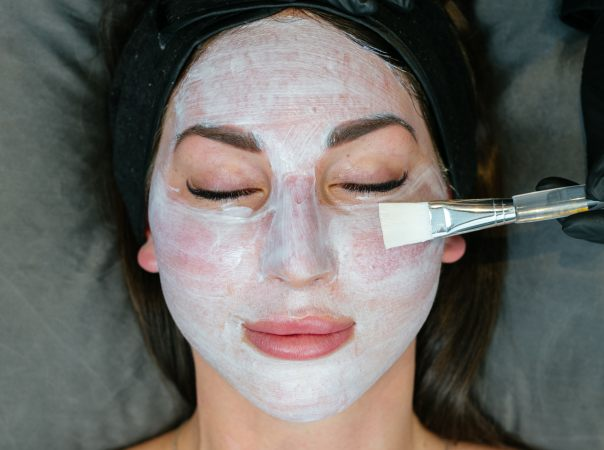 Step 1Allumera Applied - After your consultation our dermal therapist will thoroughly cleanse your skin before applying the Allumera cream. Once applied, it is left to absorb into the skin over a 60 minute period. You can relax in our relaxation room and enjoy a herbal tea and catch up on some work or reading.