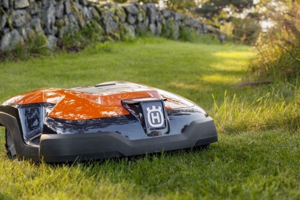 ADVANCED CUTTING - Husqvarna Automower® cuts your lawn daily if needed; assuring a nice and healthy lawn. It is equipped with sharp razor-like blades made of strong carbon steel mounted on a robust cutting disc system. This provides for efficient operation and extremely low energy consumption.