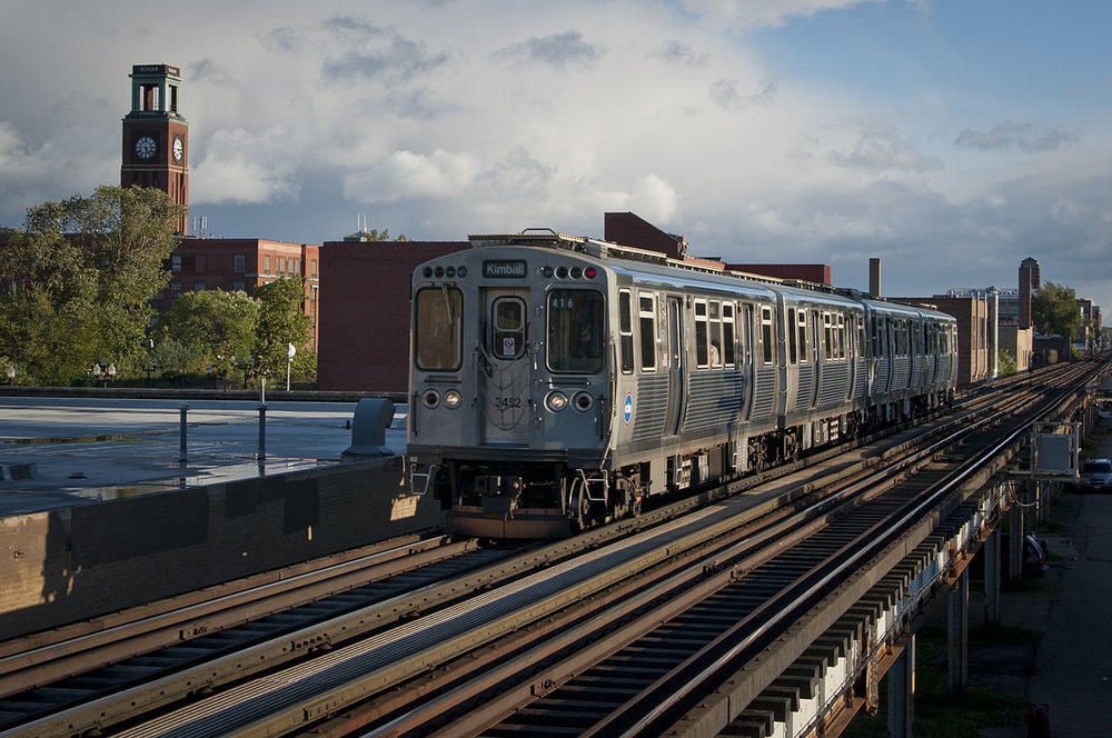 1200px-CTA_Brown_Line_Train_in_Ravenswood.jpg
