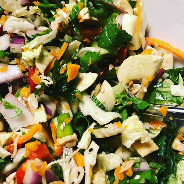 Chopped Asian salad for dinner, gotta get those mushrooms, onions and greens in! #drfuhrman #greensonionsandmushrooms #choppedgreensalad #healmyarteries