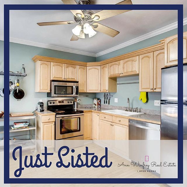 #JUSTLISTED ☀️ Happy little condo alert! ☀️ 1🛏, 1🛁, 581 total sqft.  Have you been looking for a condo that lives like a townhome, with its own side yard?  Cause I've got good news. This is it!  You're welcome!  Want to see this little Uptown gem?  Drop me a 📲!