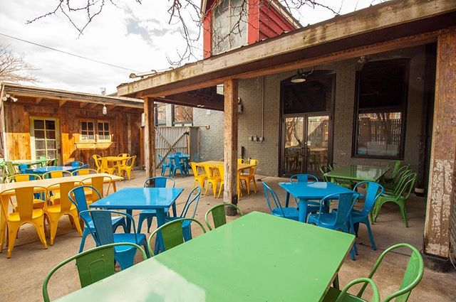 We're loving this sunny day! Come join us for happy hour on our cheery patio, where we've got $10 pizzas and craft beer pitchers every day from 3PM to 6PM. #patio #pizza #stl #happyhour #stlfoodscene #stlouis