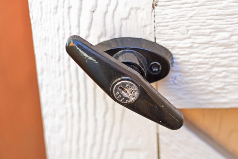 Locking T handle for shed and barn