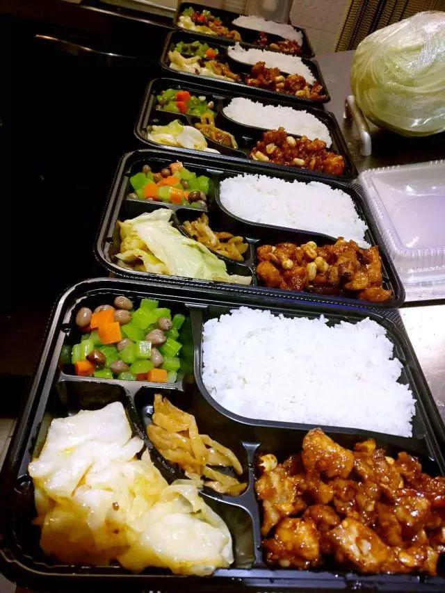 懒洋洋招牌服务之一——暖胃便当,提供当季最受欢迎餐厅的招牌菜品,为大家奉上免路费、30分钟送达的特别关怀。目前该服务只限YF、YS周边三公里哦~ -