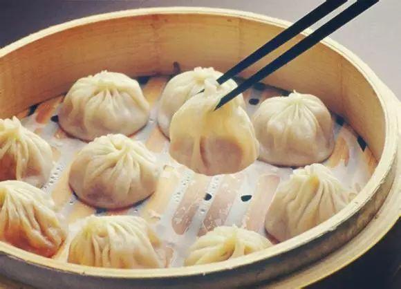 """- 美食中怎么能没有上海小笼包呢。城隍庙小吃的口碑王产品""""蟹粉小笼包""""一口咬下去,蟹味浓郁,满口留香。也是只有在懒洋洋平台才能点的到哦~"""
