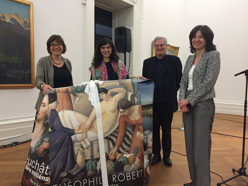 Remise des pliants emballés dans d'anciennes affiches lors de l'assemblée générale du 29 mars 2017 : Renée Knecht, Antonia Nessi, Yvan Brigadoi et Chantal Lafontant Vallotton