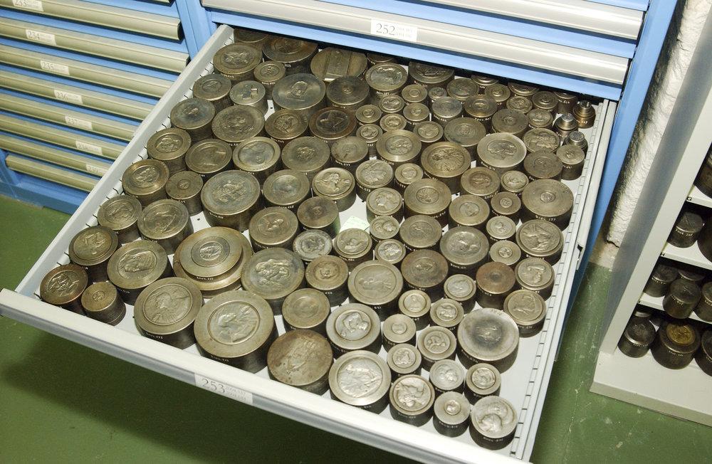 L'un des nombreux tiroirs contenant des poinçons issus du fonds Huguenin-Kramer acquis en 2002 par le MahN grâce au soutien d'ARTHIS