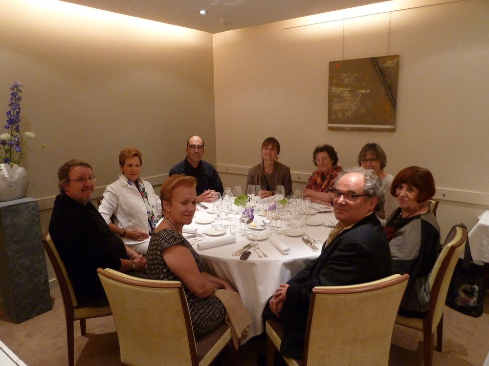 Une partie du groupe à table à Fontainebleau
