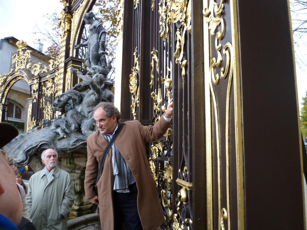 Walter Tschopp commentant les ferronnerie de Jean Lamour