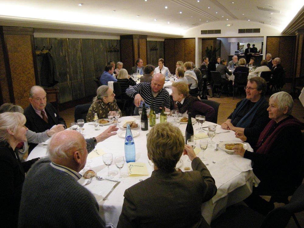 Une partie du groupe à table