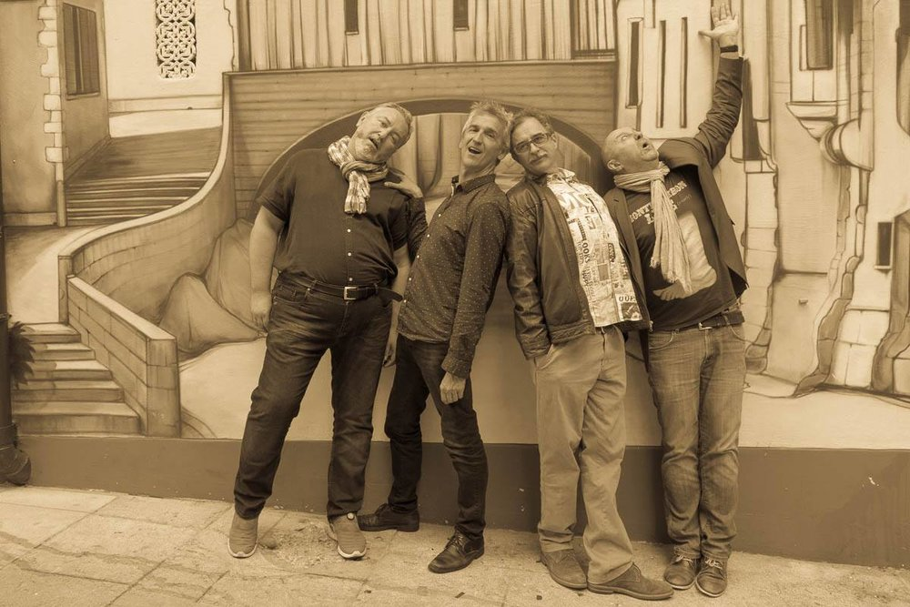 Les Dicodeurs Didier Gendraud, Bruno Coppens, Daniel Rausis et Frédéric Gérard devant la fresque faisant face à la Brasserie Le Cardinal