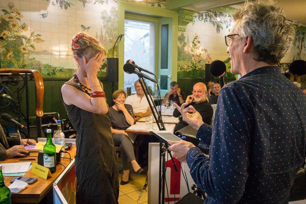 Julie Rieder et Bruno Coppens qui demande à l'invitée (géologue et masseuse) si elle masse les pierres...