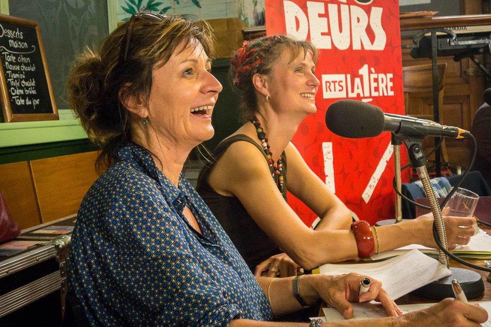 """Laurence Bisang et Julie Rieder écoutent la chanson """"Elle est d'ailleurs"""" de Pierre Bachelet, revisitée par les Dicodeurs"""