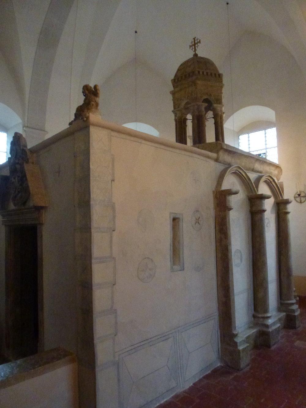 """La """"chapelle"""" que l'on peut admirer dans le coeur de la chapelle von Roll est une curiosité dans laquelle on est obligé de pénétrer courbé"""