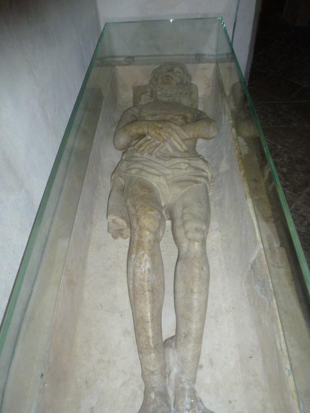 """La réplique du tombeau du Christ, à l'intérieur de la """"chapelle miniature"""" du coeur de la chapelle von Roll"""