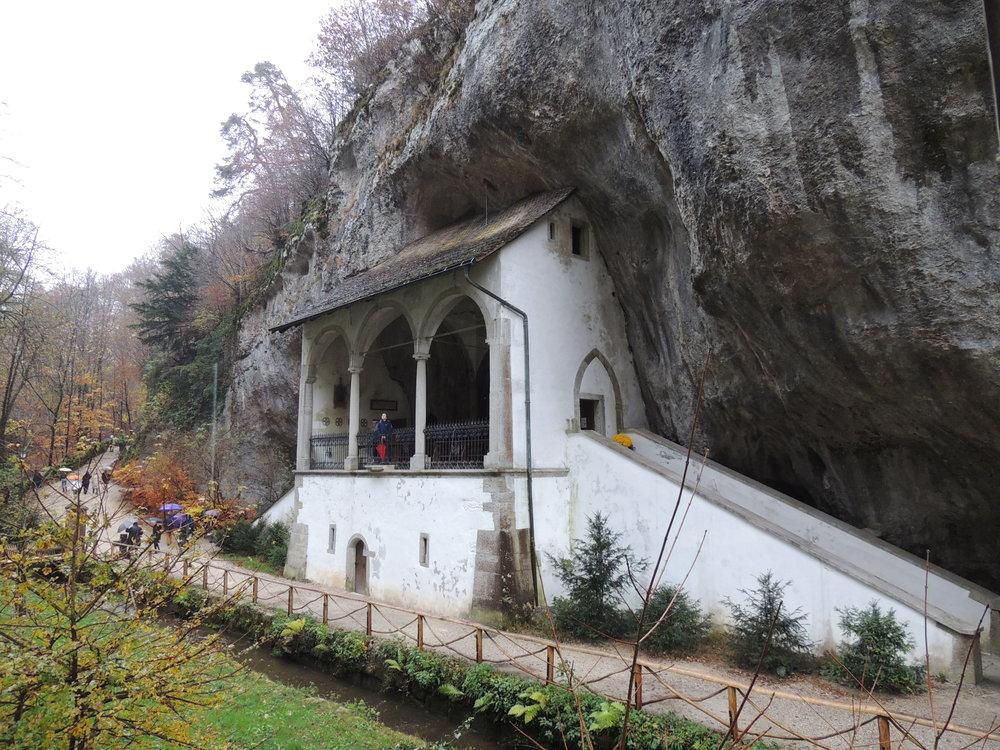 Chapelle Sainte-Vérène, mentionnée déjà en 1429, et qui se prolonge dans la roche