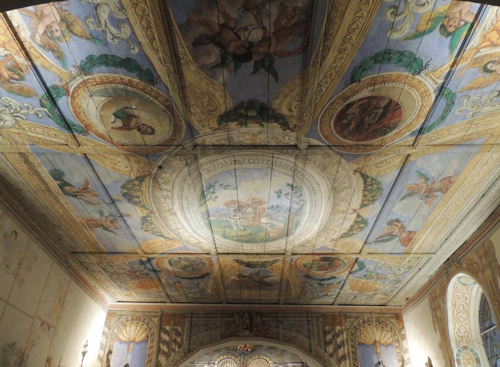 Les murs et le plafond de la chapelle Saint-Martin sont entièrement décorés