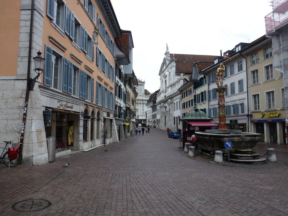 La vieille ville de Soleure a été bâtie en calcaire blanc provenant du Weisstein ; on voit sur la droite l'église des Jésuites