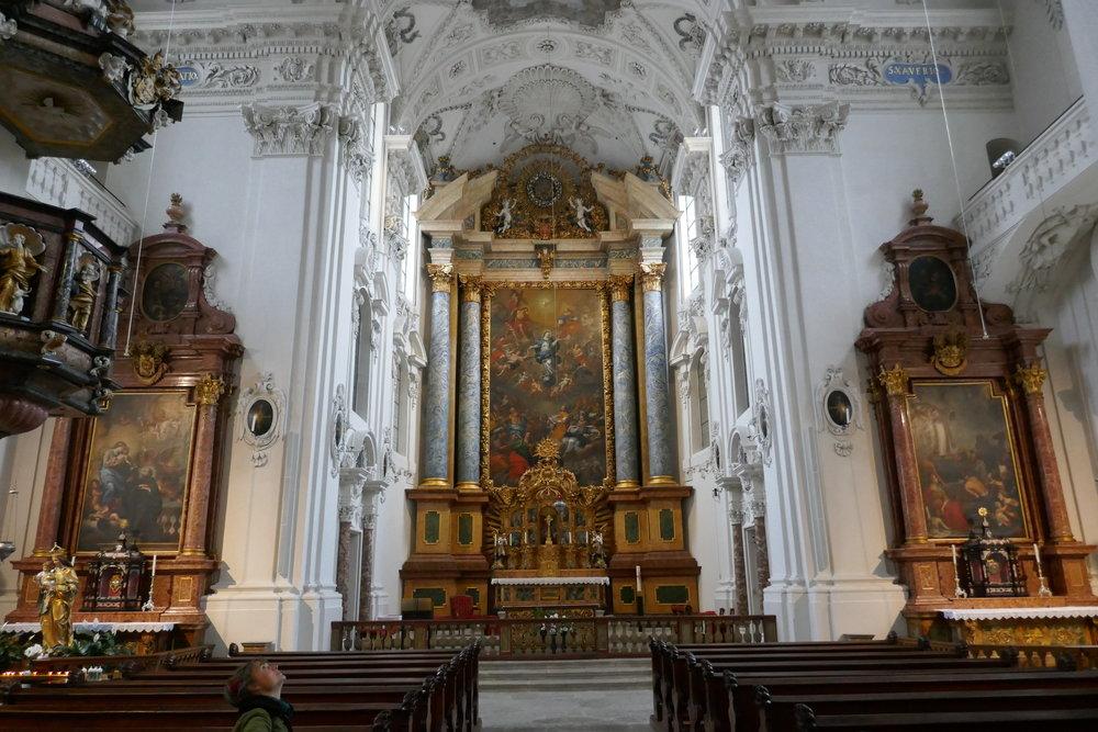 L'impressionnant et monumental maître-autel a été réalisé par le peintre Franz Carl Stauder en 1704 et représente l'Assomption de Marie