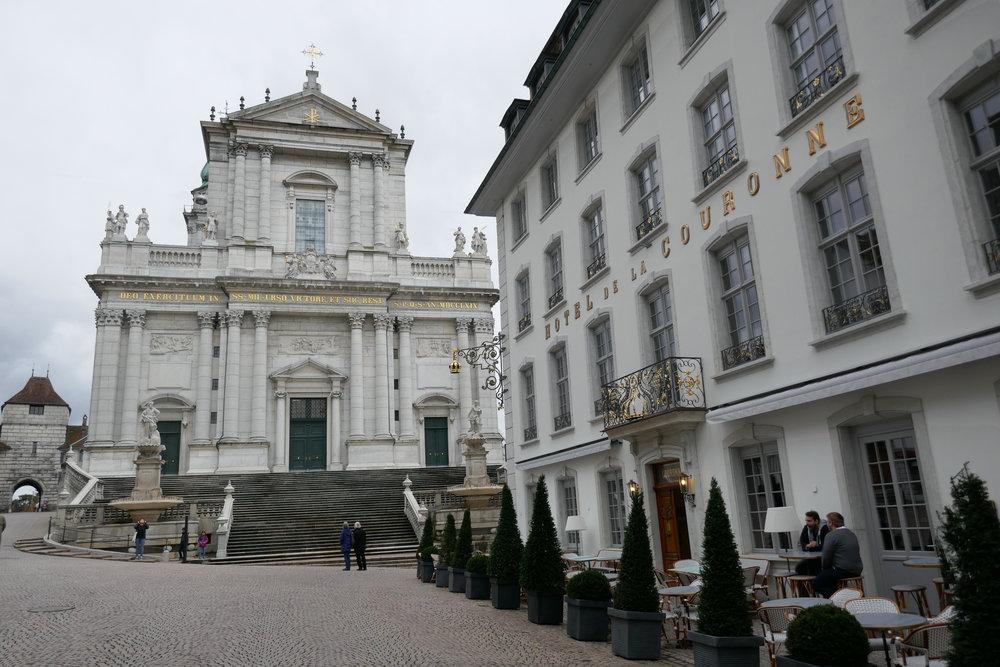 La cathédrale Saint-Ourse se dresse entre la porte de Bâle et l'Hôtel de la Couronne