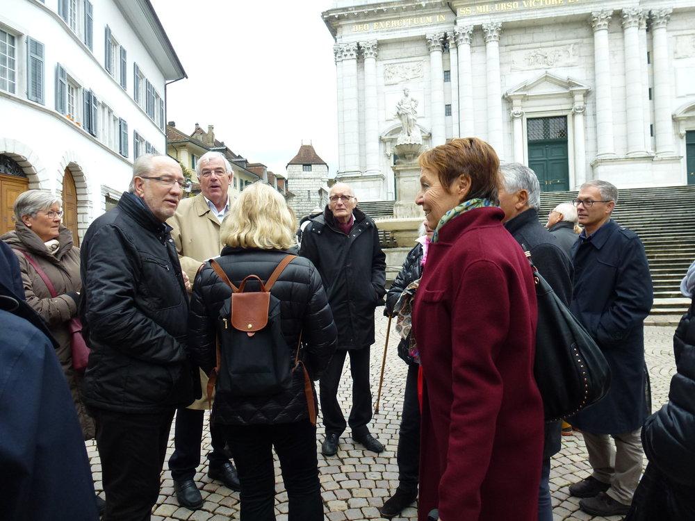 Les participants s'apprêtent à monter les 3 x 11 marches qui mènent à l'entrée de la cathédrale