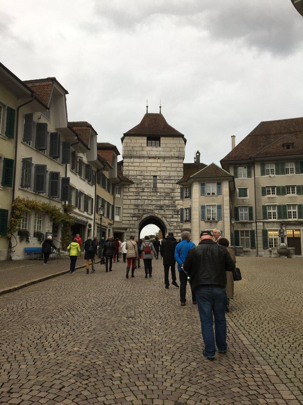 Le groupe se dirige vers la porte de Bâle, afin de retrouver le car qui attend pour la dernière étape de la journée