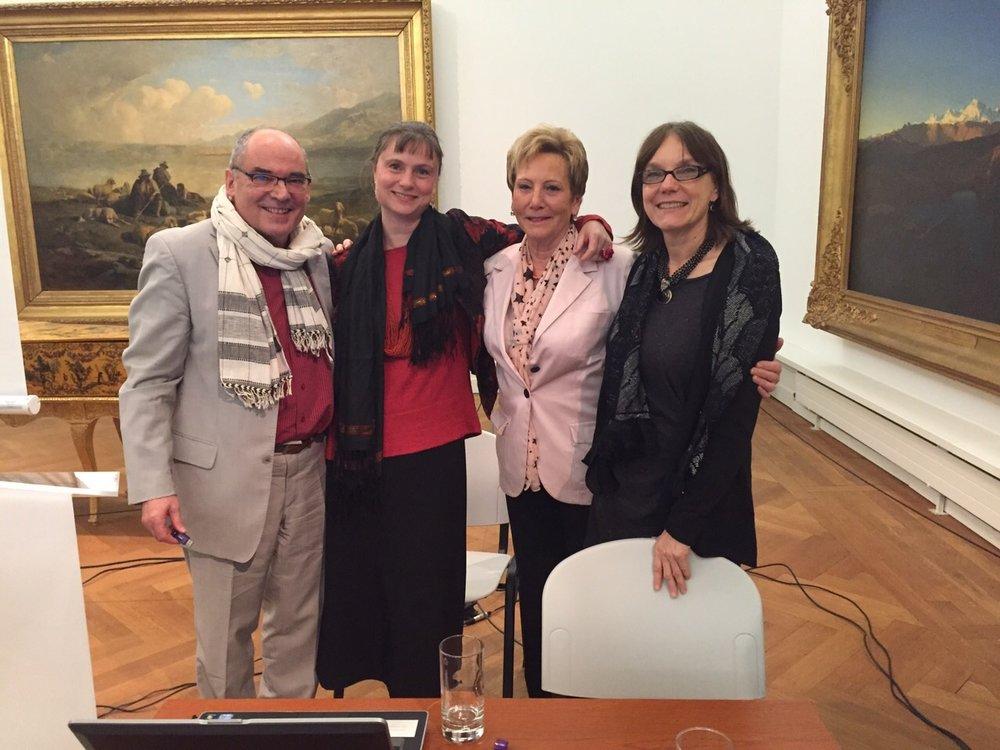 Walter Tschopp, conservateur du département des arts plastiques, Julie Rieder et Violaine Barrelet, secrétaire et présidente sortante d'ARTHIS, et Renée Knecht, administratice du MahN