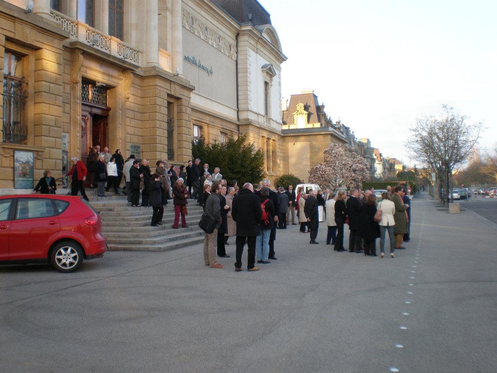 Les invités attendent l'inauguration de la statue