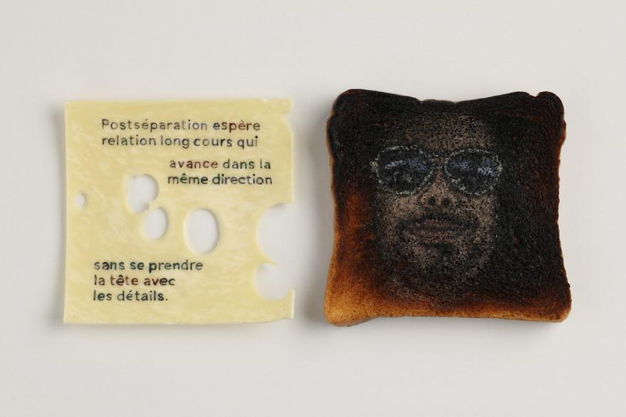 """Série """"Croque Messieurs"""" de Geneviève Petermann, portraits sur toasts représentant les hommes qui ont visité le profil que l'artiste avait mis en ligne sur un site de rencontre, et textes sur tranches de fromage transcrivant les messages reçus"""