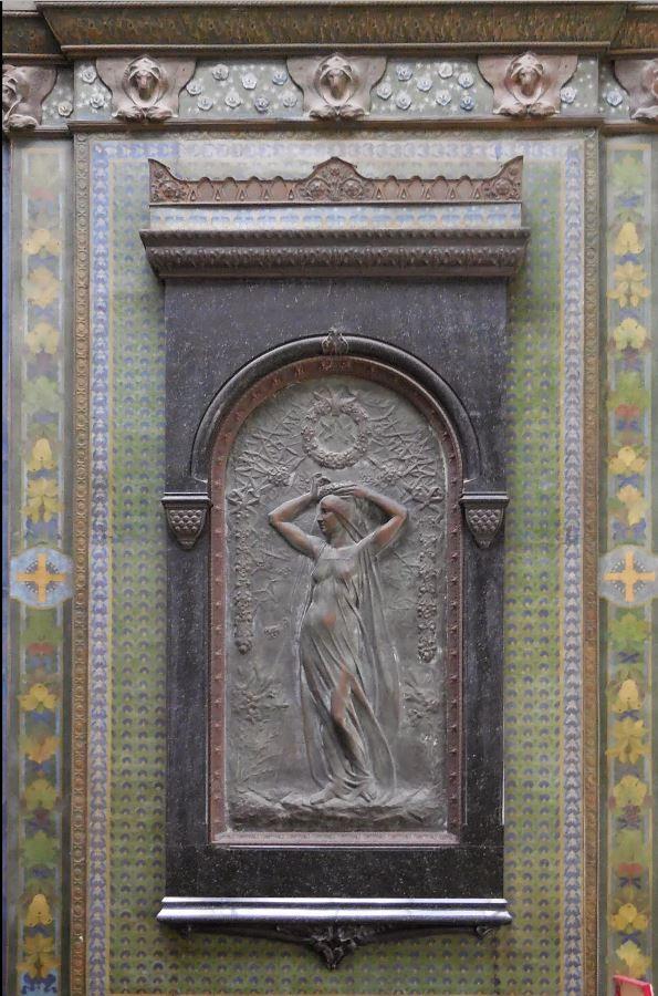 """Bas-relief en bronze """"Jeune fille se parant pour la fête»"""""""