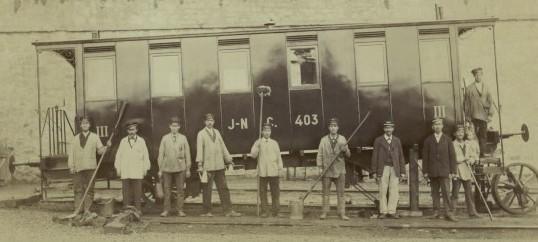 Employés techniques et chefs de services devant une voiture du Jura-Neuchâtelois photographie de Jean Rossi, vers 1890