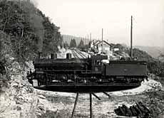 Virage d'une locomotive sur la plaque tournante de Chambrelien, vers 1920