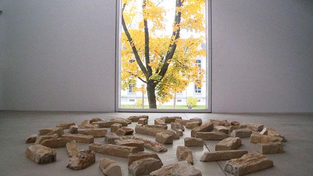 """Installation de l'exposition """" die Natur der Kunst"""" au Kunstmuseum, dans la partie moderne des lieux"""