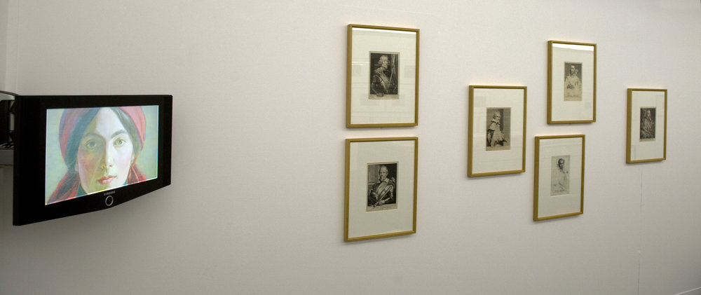 A gauche : Jeune fille sans date, 2009, une vidéo de Catherine Gfeller  Au centre : une série de 6 portraits d'hommes illustres du 17e siècle gravés par Anton Van Dyck et d'autres graveurs vers 1627 -1630