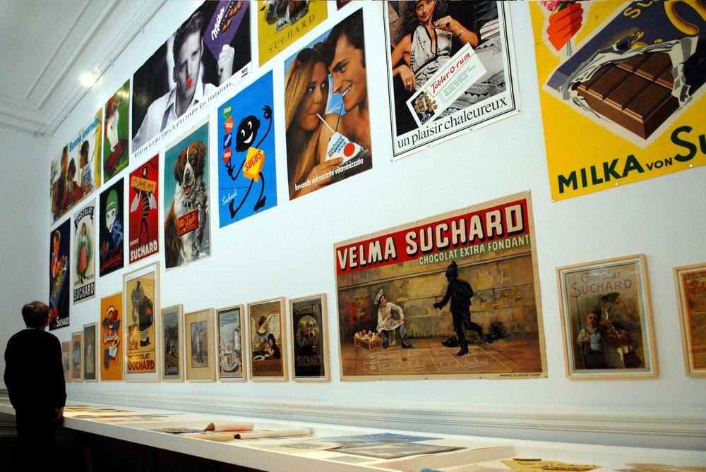 Une paroi d'affiches vantant les produits Suchard